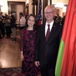 Временный поверенный в делах Республики Беларусь в Соединенных Штатах Америки Павел Шидловский с супругой.